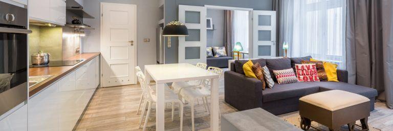 Açık planlı salon: Oturma odası ve mutfak.