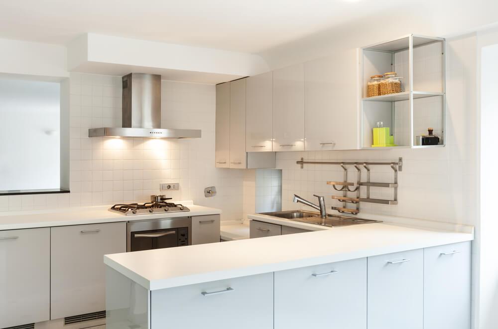 Beyaz, aydınlık bir mutfak.