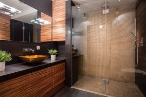 Banyo tezgahı ve duş kabini.