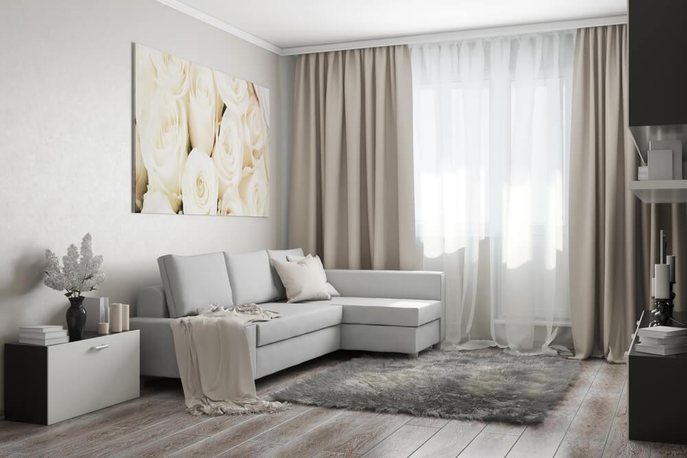 Beyaz, minimal bir oturma odası.