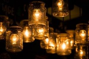 Kavanozların içine yerleştirilmiş ışıklar