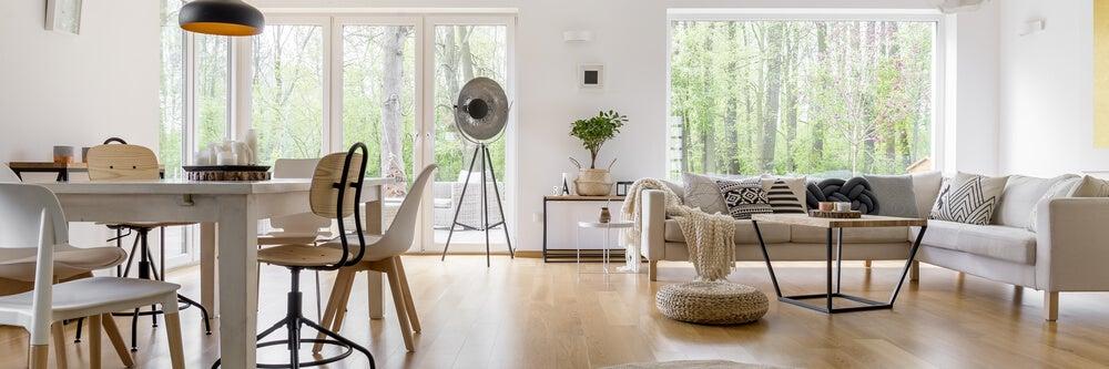 Nötr, bej ve beyaz bir oturma odası.