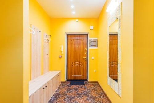 sarı koridor ve giriş kapısı