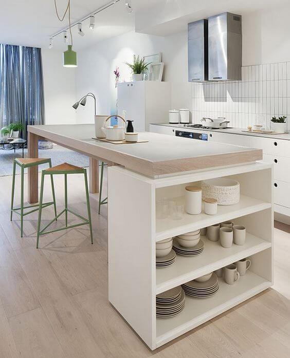 Geometrik tabureler kullanılmış ahşap tezgah ve açık plan mutfak