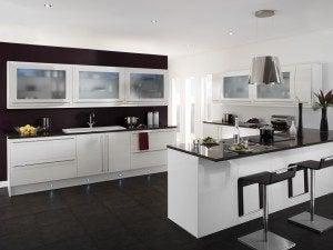 Amerikan tarzı açık mutfak ve tezgah üzeri dolap tasarımı