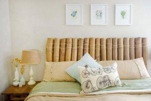 Bambudan yapılmış yatak başlığı ve yataktaki yastıklar