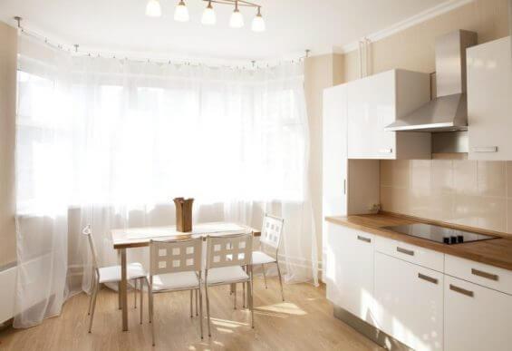 beyaz perdeli mutfak