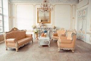 Somon renkli koltuklar ve altın detaylarla dekore edilmiş İngiliz tarzı salon