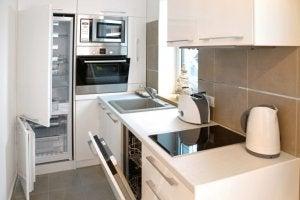 dar ve beyaz bir mutfak ve küçük mutfak