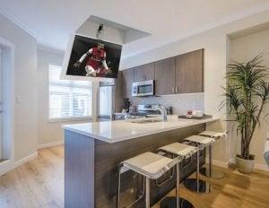 tavanında televizyonu olan modern mutfak