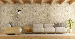 Taş duvar önündeki rustik üçlü kanepe ve ahşap tavan