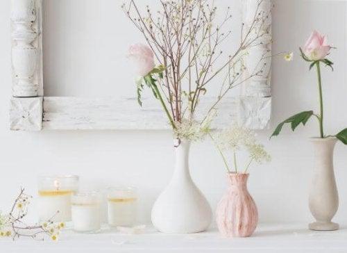 Farklı boy ve renklerde seramik vazolarda çiçekler