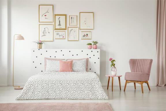 beyaz ve pudra yatak odası