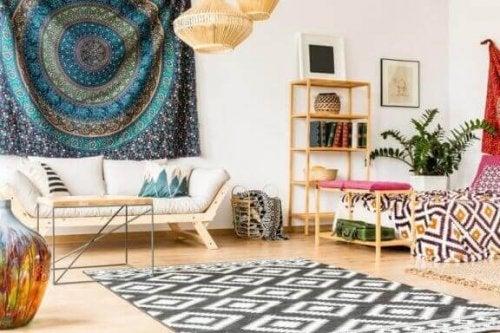 halılarla dekore edilen oturma odası