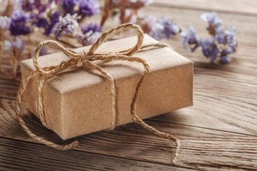 kraft kağıdı hediye paketi