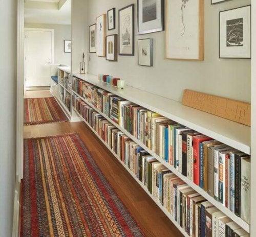 koridorlarda kitaplar
