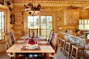Ahşap kaplı duvarları olan country yemek odası