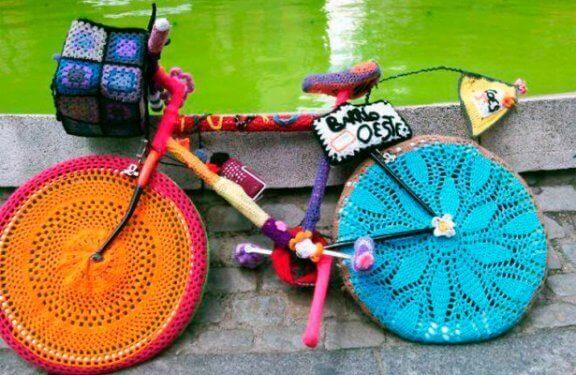Makreme ile kaplanmış bisiklet