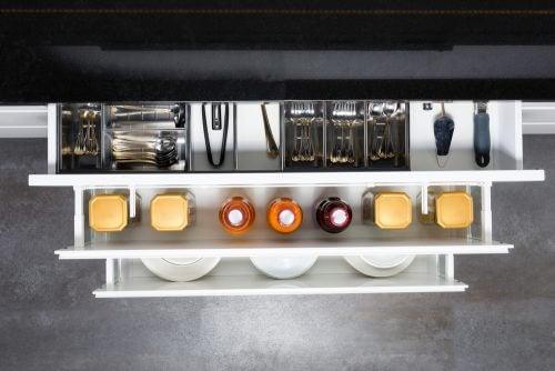 Derin cekmeceler kullanmak büyük mutfak gereçlerini saklamayı kolaylaştırır.