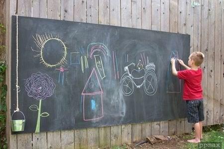 Kara tahta asmak, çocukları bahçede uzun süre meşgul tutacak harika bir fikir.