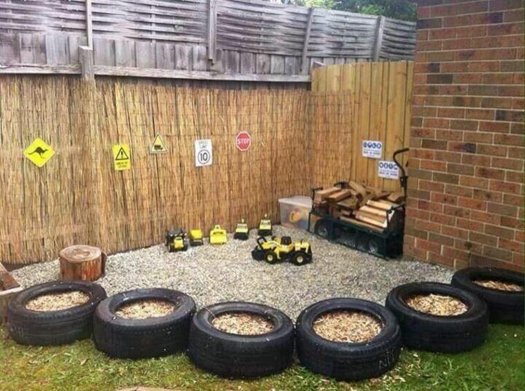 Lastikleri çit olarak kullanıp bir oyun köşesi yaratarak yerden tasarruf edebilirsiniz.
