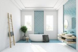 turkuaz ve beyaz tonlarında fayans geniş bir banyo