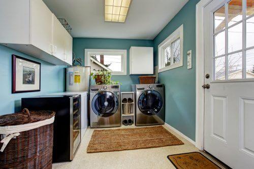 Duvarda su yeşili ve yerde hasır kilim kullanarak çamaşır odanızın atmosferini değiştirin.