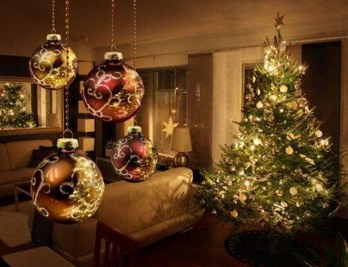 Noel ağacınızı ışıklar, gelin teli ve el yapımı dekorasyonlarla dekore edebilirsiniz.