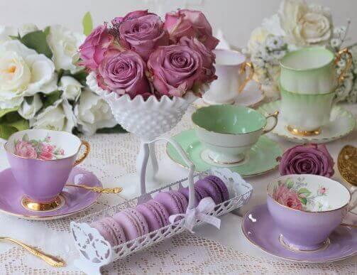 Renkleri porselen çay takımı ile uyumlu olan tatlılar ve çiçekler
