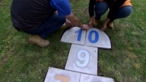 Seksek alanı oluşturmak için parke taşı üzerine şablonlanmış sayılar kullanabilirsiniz.