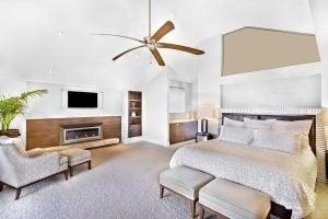 ahşap ve beyaz tonlarda tavanında fan olan yatak odası ve radyant ısıtma