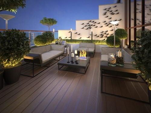 Geniş terasınızda kullanacağınız büyük mobilyalar ve sıcak aydınlatmalarla ferah ve rahat bir ortam oluşturun.
