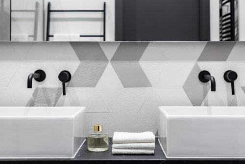 Minimalist musluk tasarımları bataryanın en basit halini kullanmayı amaçlar. Monokrom renkler sık kıllanılır. duvara monte tutacaklar ile minimalist bir lavabo.