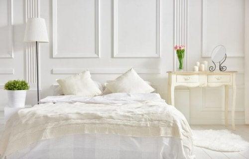 beyaz yatak odası vazo çiçek