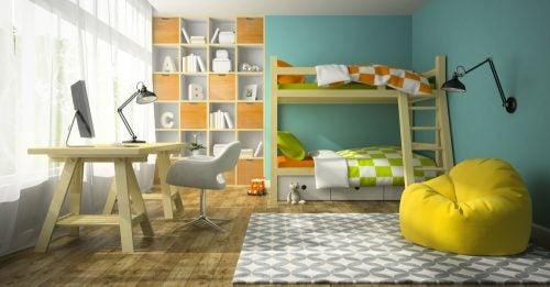 Küçük yaşam alanları için turuncu ve turkuaz renklerde ranzalı çocuk odası