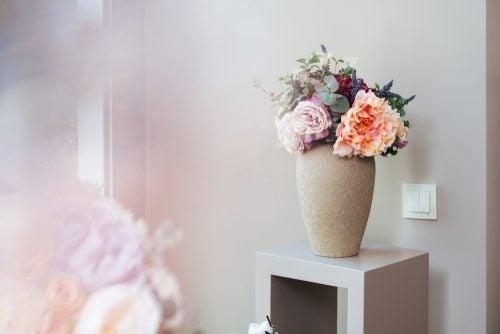 Vazoda romantik çiçek aranjmanı