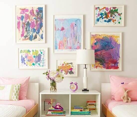 duvarlarda tablolar