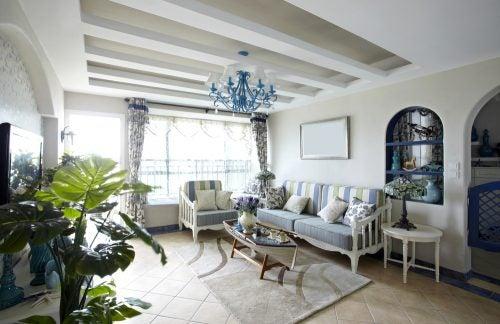 Mavi tonlarında bol ışık alan oturma odası