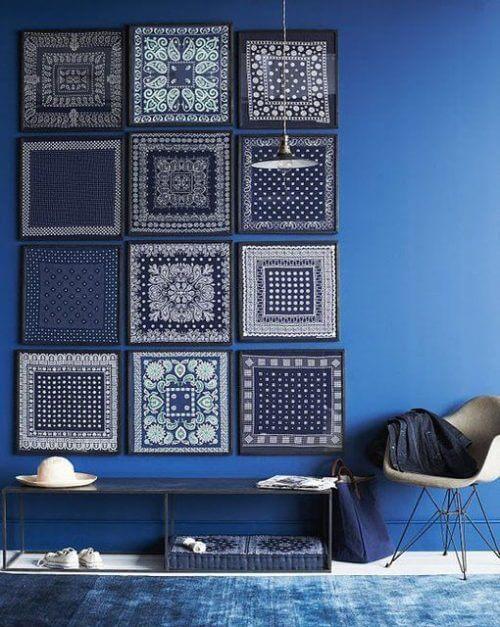 Mavi duvar ve mavi tonlarında kumaş tablolar