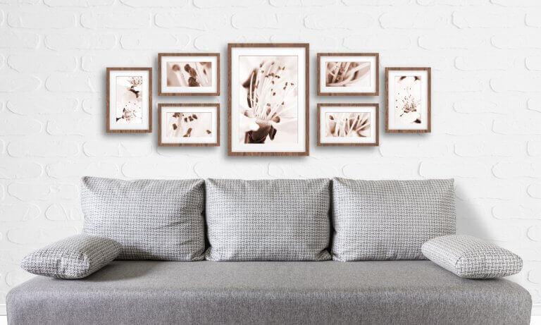 salon duvarına asılmış tablolar