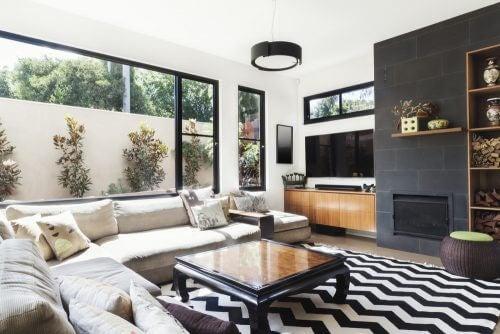Büyük pencereli siyah beyaz tonlarda oturma odası