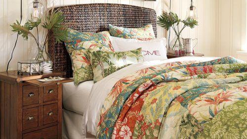 Hasır ve çiçeklerle dekore edilmiş yatak odası