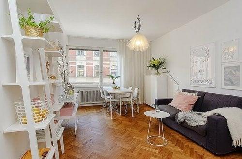 Koyu renk kanepe ve açık renk mobilyalarla odak noktası oluşturun.