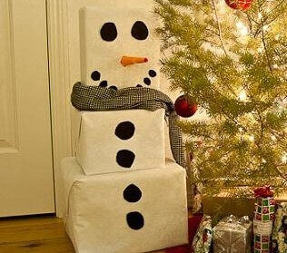 Farklı boydaki hediyelerinizi üst üste koyarak kardan adam yapın.