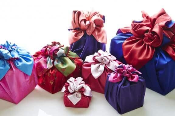 Farklı renkteki şık kumaş parçalarını kullanarak hediyelerinizi paketleyin.