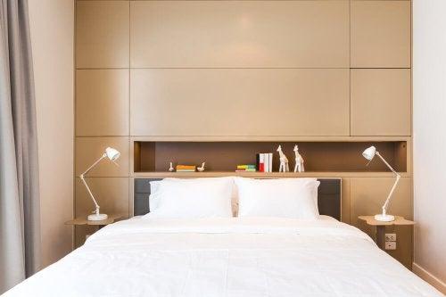 Başlığında kitaplık bulunan çift kişilik yatak