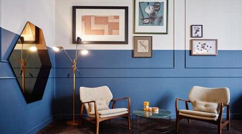 Duvarlarının üstü beyaz altı mavi oturma odası