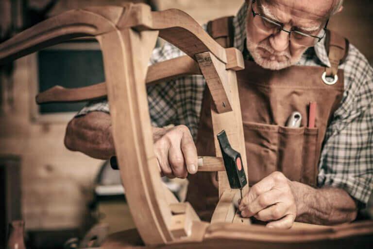 ahşap tamiri yapan marangoz
