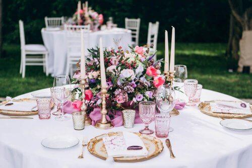 Çiçekli mumlu düğün masası