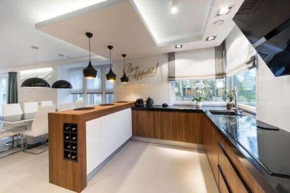 geniş bir mutfakta spot ışıkları ve dekoru